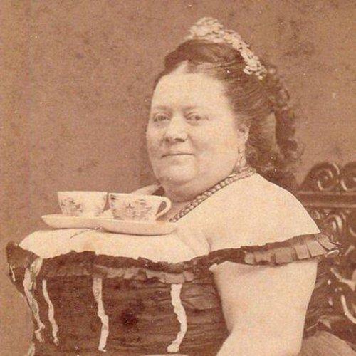 Просто портрет женщины с чайными парами на груди. 1890 год.